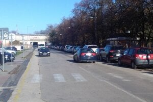 Žarnovova ulica. Parkuje sa na jednej strane.