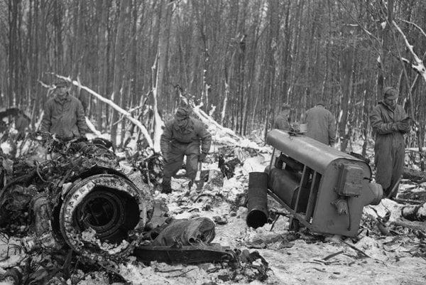 Trosky bulharského lietadla v Malých Karpatoch na druhý deň po havárii.