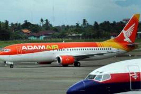 Ilustračné foto - Boeing spoločnosti AdamAir na letisku v Jakarte.