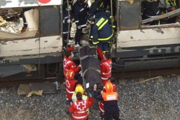 Záchranári vyťahujú telo z vlaku na vlakovej stanici v Madride, 11. marec 2004.