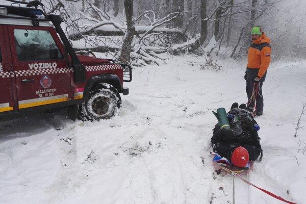 Členov Horskej záchrannej služby Kysuce zavolali prostredníctvom tiesňovej linky 112 k zranenému turistovi na Veľkej Rači.