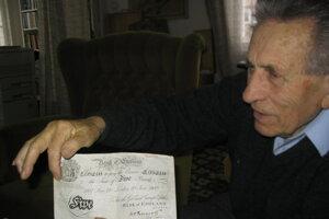 Adolf Burger ukazuje kópiu jednej z falošných bankoviek.