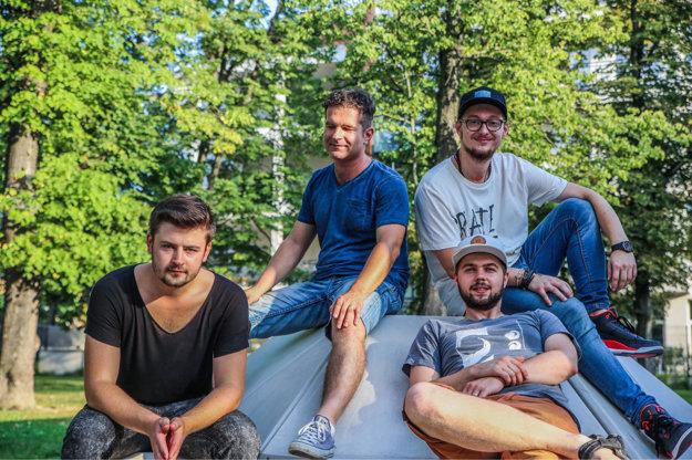 Nikola Bankov Band nahrali Nikolovu debutovú skladbu Sailing through the life. Nikola je vpravo hore.