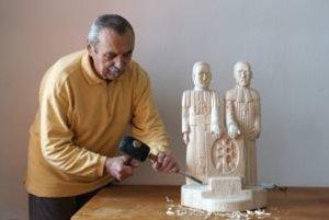 Aurel Milanec pri tvorbe sochy katolíckeho kňaza Štefana Moyzesa a evanjelického farára Karola Kuzmányho.