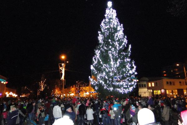 V minulých rokoch mali v Humennom živý stromček, tieto Vianoce už bude umelý.
