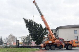 Prvky vianočnej výzdoby sú už namontované. V meste postupne vyzdobia vianočné stromčeky.