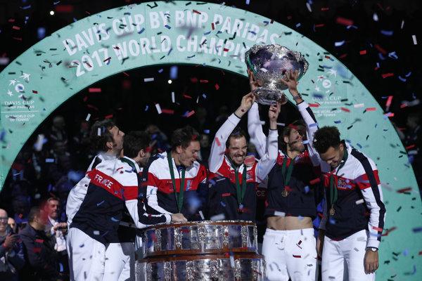 Tenisti Francúzska dvíhajú nad hlavu Davisov pohár.