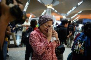 Plačúca žena na letisku v Kuala Lumpur, kam let smeroval.