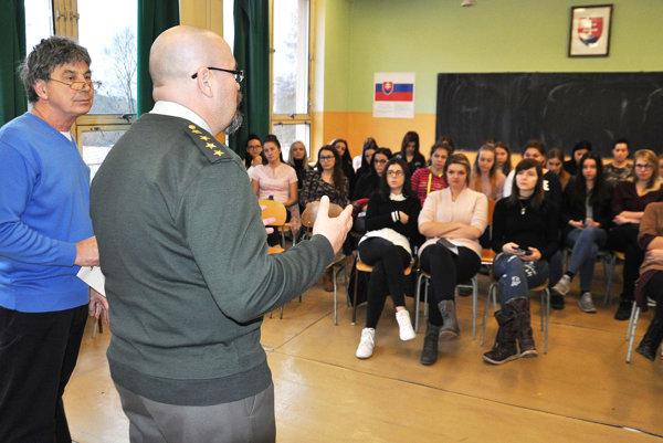 Policajný preventista Tibor Šándor vysvetľuje študentkám podstatu domáceho násilia.