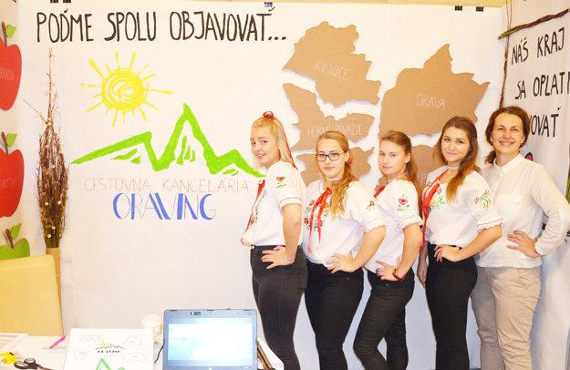 Stredoškoláčky so svojou profesorkou acestovnou agentúrou.