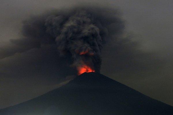 Vybuchujúca sopka Mount Agung.
