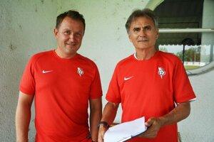 Marián Šarmír (vľavo) vedie futbalistov Serede spoločne s Michalom Gašparíkom st.