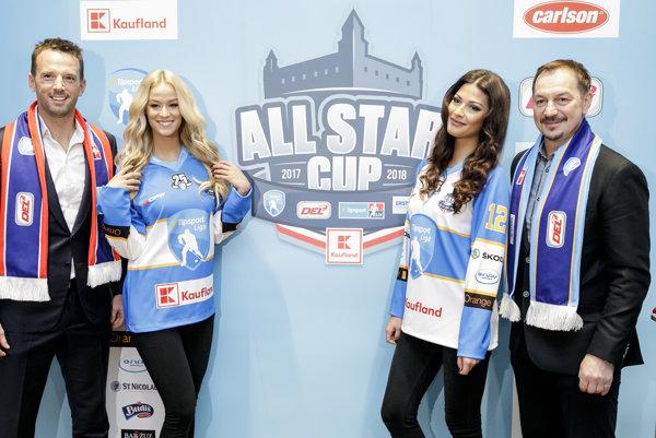 Zľava generálny riaditeľ Tipsport ligy Richard Lintner, Miss Slovensko 2015 Lujza Straková, prvá Vicemiss 2016 Michaela Meňkyová a generálny manažér All Star tímu Tipsport ligy Peter Bondra.