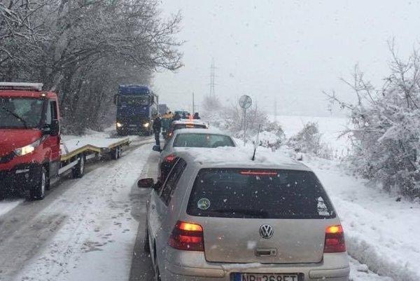 Cesta medzi Cabajom-Čáporom a Nitrou. Autor fotky uviazol v kolóne.