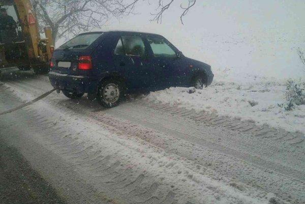 Sneh komplikuje situáciu aj na cestách.