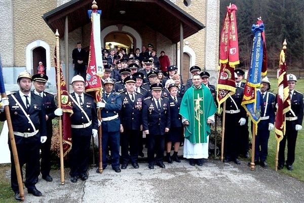 Spoločná fotografia hasičov po sv. omši.