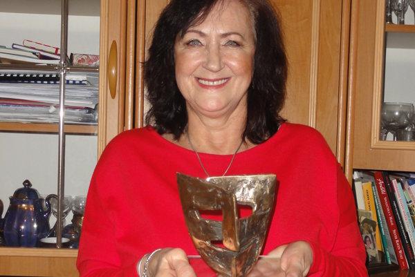 Herečka Gabriela Dolná s Cenou za celoživotné dielo za divadlo.