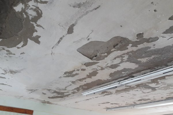ZŠ sa už tri mesiace borí s problematickým stavom strechy školy, keďže ju ešte v mesiaci júl tohto roka poškodila silná búrka.