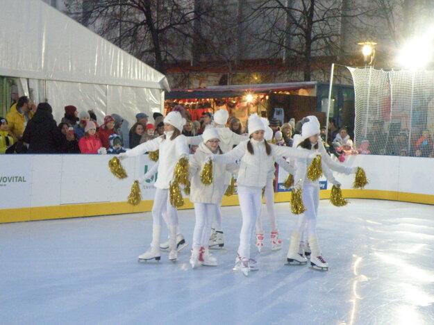 Súčasťou slávnostného otvorenia bolo aj vystúpenie tanečníc na ľade
