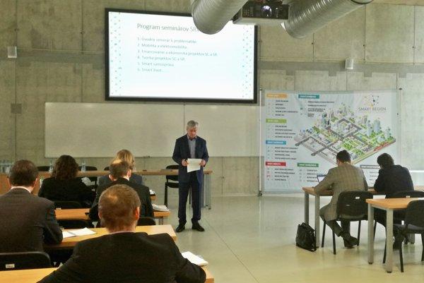 Prezentácia na Technickej univerzite. Peter Cacara vysvetľuje výhody inteligentného regiónu.