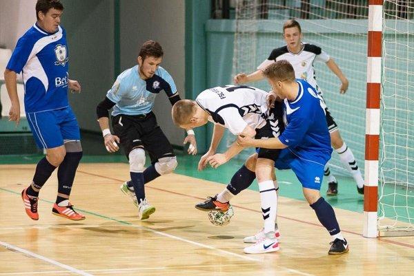 Futsalisti porazili Prievidzu aj na jej palubovke. V modrom zľava Peciar, Hanakovič a T. Kováčik.