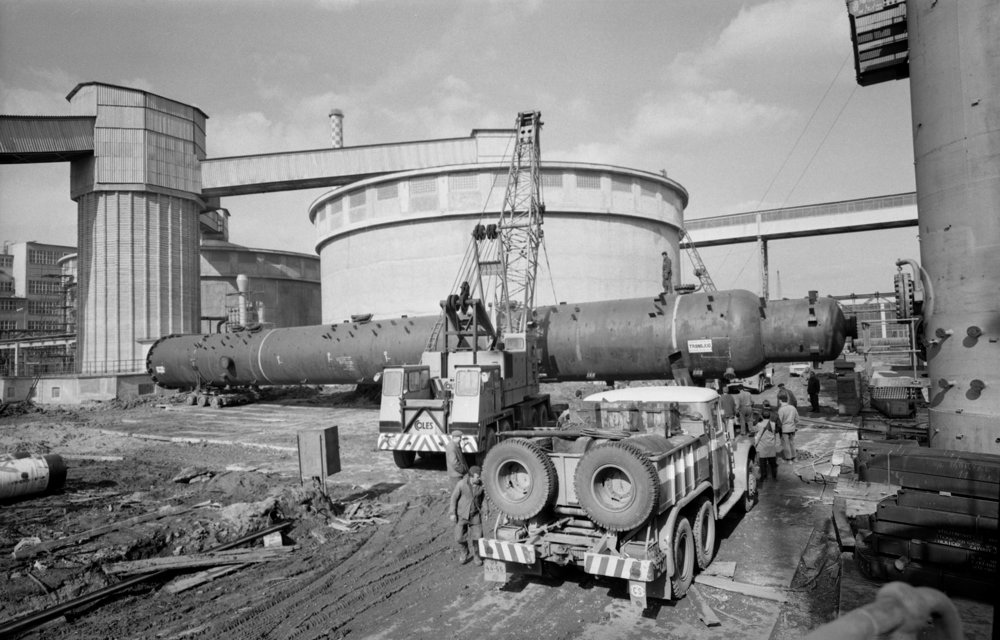 Na archívnej snímke z 30. marca 1967 III. etapa výstavby Dusla v Šali. V tejto etape bola postavená výrobňa čpavku a močoviny a energetické a vodárenské objekty. Z juhoslovanského prístavu Rjeka bol do Dusla v Šali privezený ako súčasť anglickej dodávky regenerátor na výrobu čpavku. Toto zariadenie 42 metrov dlhé o priemere 3,4 metra a váhe 40 ton patrilo medzi najdrahšie a najdôležitejšie pri výrobe čpavku.