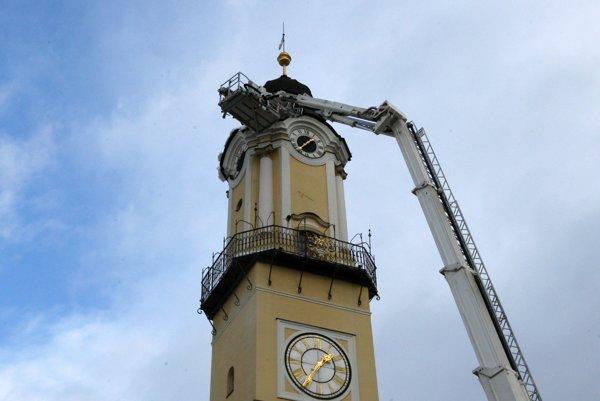 Bola to poriadna fuška, pomohli hasiči s výsuvným rebríkom a plošinou.