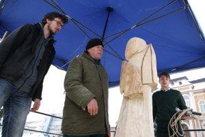 Za organizáciou sympózia stojí výtvarník Milan Nemeš (v strede).