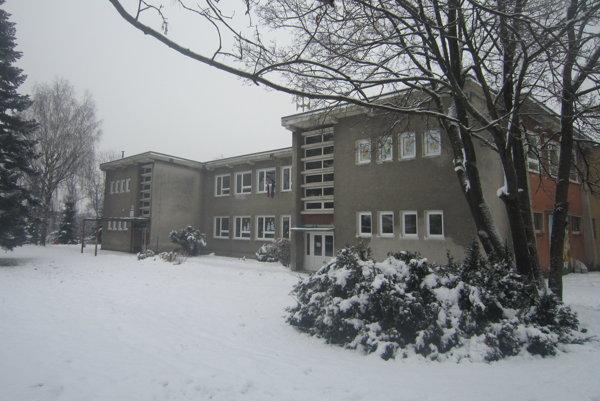 Škola v Okoličnom.