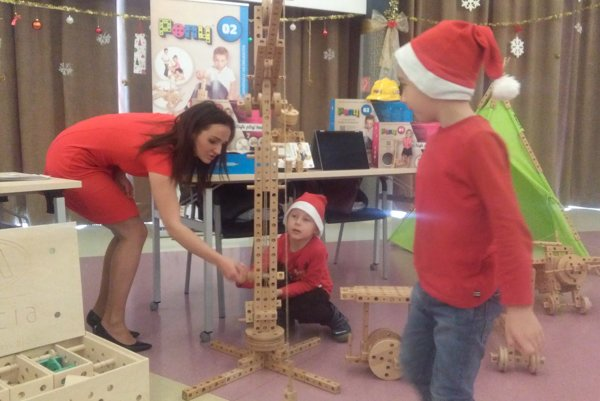 Technické hračky si deti nielen vyskúšali, ale aj získali do škôlok a škôl.
