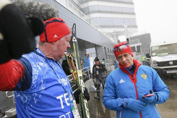 Nemecký tréner ruských biatlonistiek Wolfgang Pichler (vľavo) odmieta akékoľvek previnenie.
