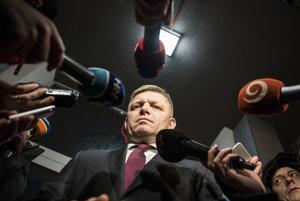 Premiér SR a predseda strany Smer Robert Fico odpovedá na otázky novinárov počas odchodu z rokovania vedenia strany v Bratislave.