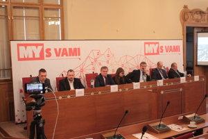 Moderovaná diskusia so županom, primátorom aj ďalšími hosťami prebieha v Nitre od deviatej rána.