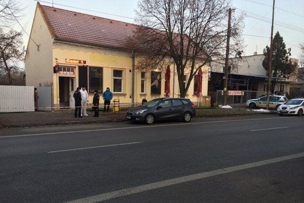 V hurbanovskom bare na Komárňanskej ulici sa krátko po 00:30 strieľalo.
