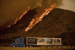 Zničujúce požiare sa na základe informácií agentúry Reuters šíria od kalifornskej metropoly Los Angeles pozdĺž pobrežia Tichého oceánu až do okresu Santa Barbara.