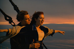 Leonardo DiCaprio a Kate Winslet v slávnej scéne na Titanicu.
