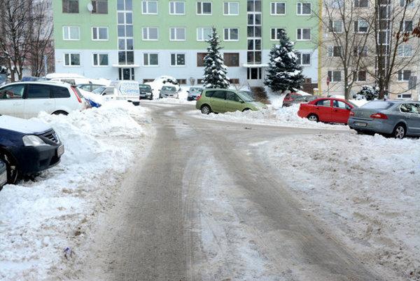 Čordákova ulica pred rokom. Po novom sa budú starať o zimnú údržbu na KVP dvaja.