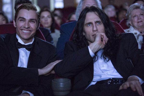 James Franco (vpravo) ako Tommy Wiseau vo filme The Disaster Artist. Je nominovaný na Zlatý glóbus.
