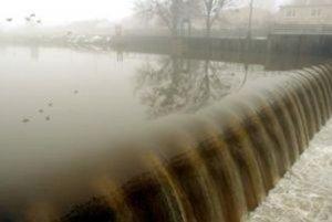 Na niektorých  úsekoch toku má Latorica vysoký stav.