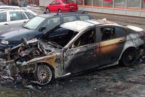V pondelok 11. decembra okolo 3.20 hod. došlo na Hurbanovej ulici v Čadci k požiaru  vozidla BMW.