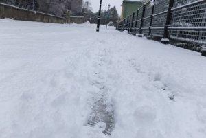 Problém je aj na chodníkoch. Pod čerstvo napadaným snehom sa v Banskej Štiavnici môže ukrývať ľad.