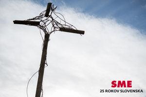 Tragickú smrť Róberta Remiáša pripomína symbolický kríž, ktorý na mieste výbuchu postavil výtvarník Fero Guldan.