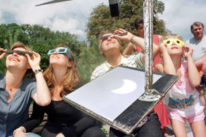 Doteraz posledné pozorovateľné takmer úplné zatmenie Slnka na Slovensku. Mesiac zakryl na pár minút slnko, najviac na 99 percent. Pásmo totality išlo cez Maďarsko, kam mnohí išli pozorovať úplné zatmenie.