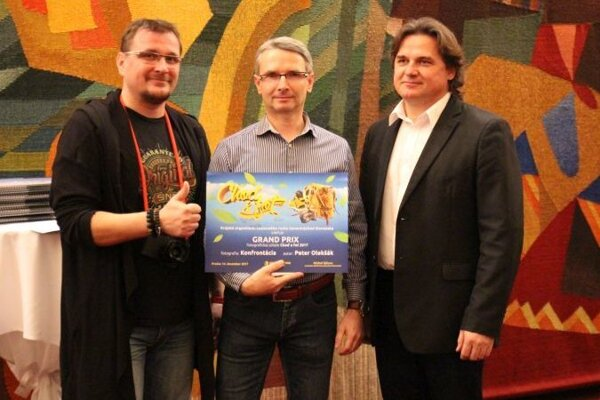 Grand Prix: zľava Ján Štovka (predseda poroty), uprostred ocenený Peter Olekšák, vpravo Martin Janoško (riaditeľ KOCR SVS).