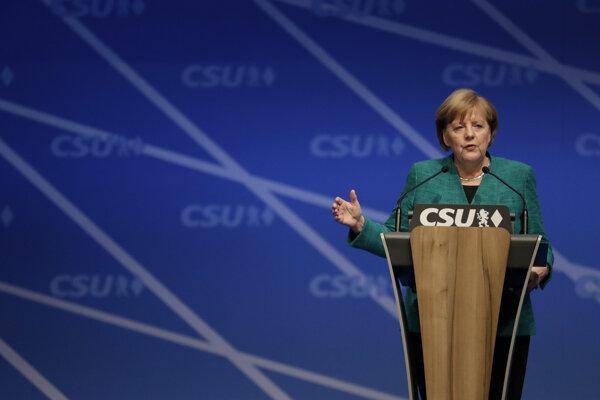 Opozičné strany Ľavica i Zelení vyzvali spolkovú vládu kancelárky Angely Merkelovej, aby zaujala k tejto otázke postoj, pričom zaznela aj ich kritika kabinetu, že mlčí sťaby komplic.