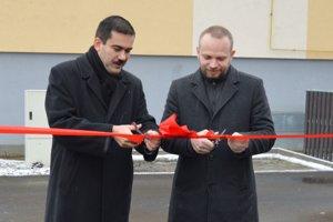 Zľava: Attila Agócs, primátor Fiľakova a viceprimátor László Kerekes počas odovzdania najväčšieho mestského parkoviska do užívania.