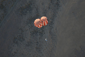 Repliku Orionu zhodili z vojenského transportného lietadla.