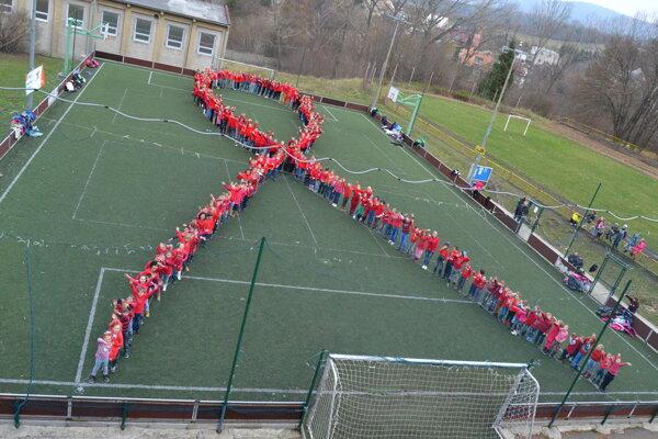 Stužku vytvorili žiaci a učitelia pri príležitosti Svetového dňa boja proti AIDS.