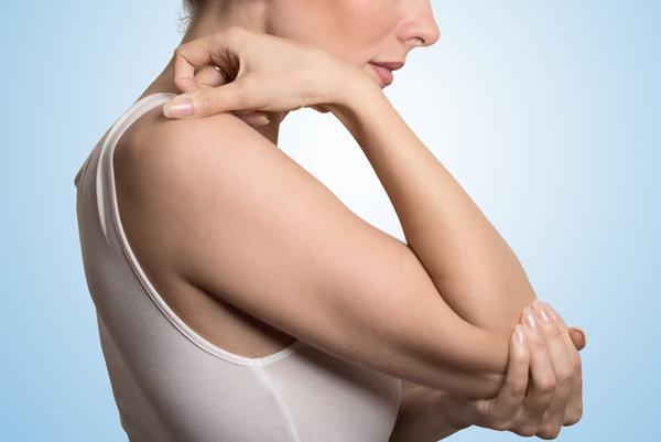 Akútny záchvat dny môže postihnúť aj kĺby na rukách.