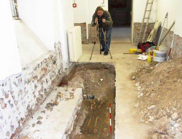 Peter Bisták dokumentuje kostrový nález.
